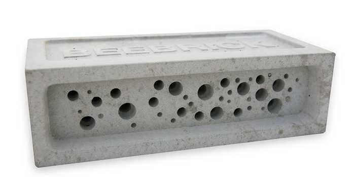 Insektshotell Bee brick i betong, kan muras in i vägg, 319 kr, Naturbokhandeln.se.