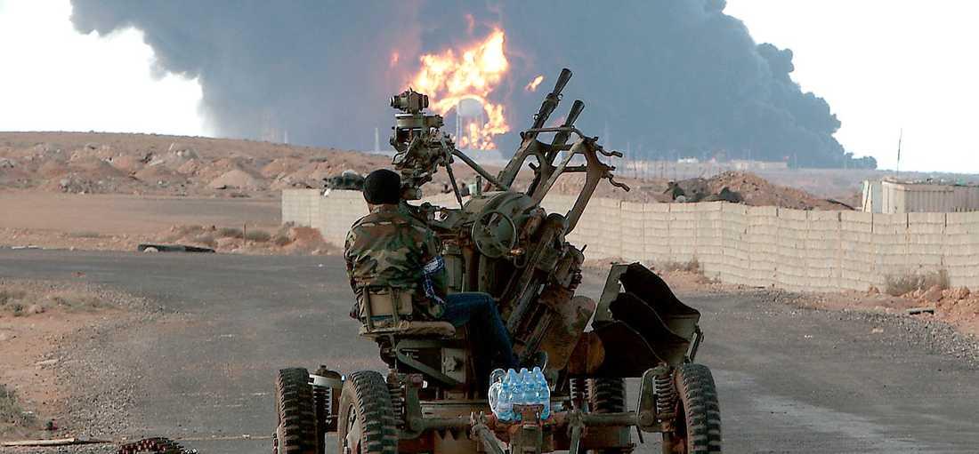motattack Libyens armé tar till allt hårdare metoder för att motarbeta rebellerna. Oppositionen kommer att vara krossad inom 48 timmar, hävdade Gaddafis son i går. FN diskuterar ett flygförbud för att hindra Gaddafi från att bomba sitt land, men ett beslut dröjer.