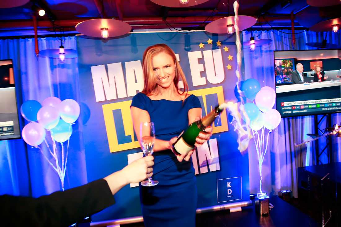 Sara Skyttedal öppnade en flaska alkoholfritt bubbel på scenen.