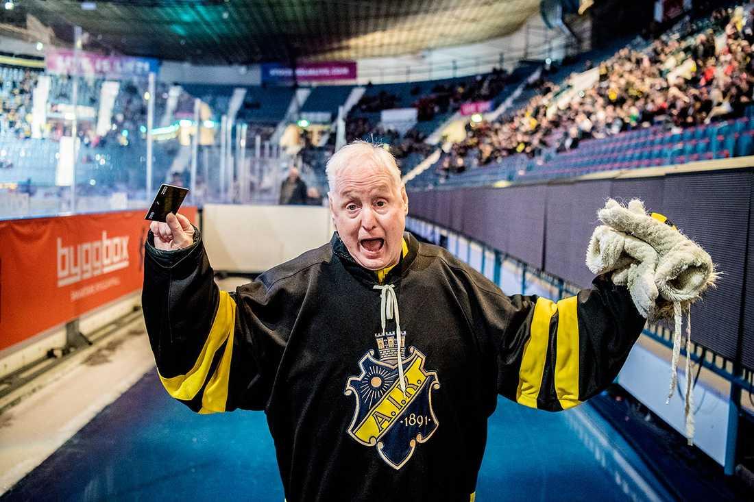 Erik Olsson, 77, med årskortet.