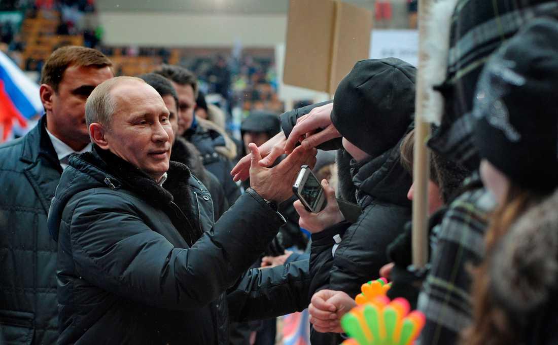 23 februari Här hyllas Putin av tusentals ryssar inne på fotbollsarenan Luzhniki stadion i Moskva.