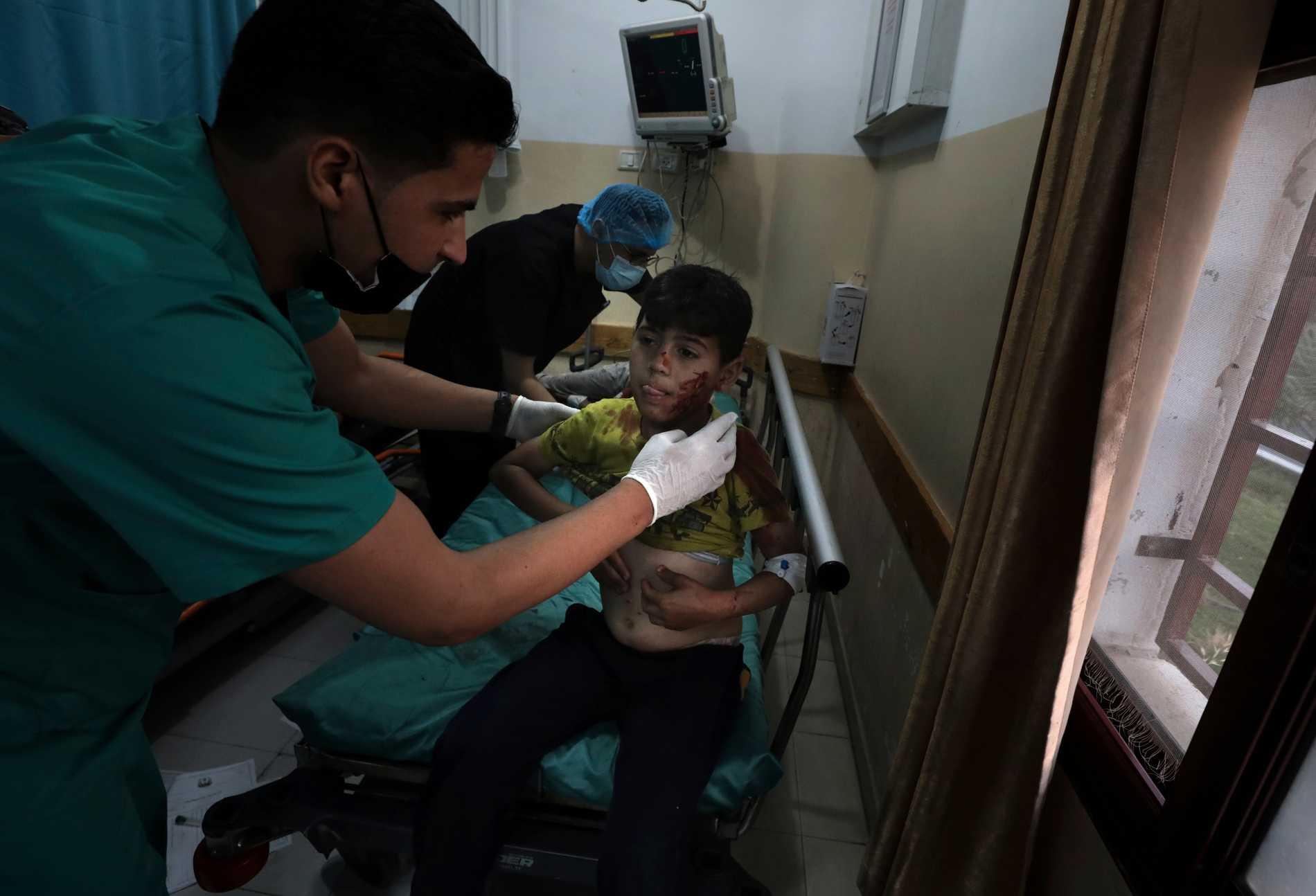 En pojke vårdas på sjukhus efter en explosion i staden Beit Lahiya vid Gazaremsan. De senaste dagarna har konflikten mellan Israel och Palestina trappats upp.
