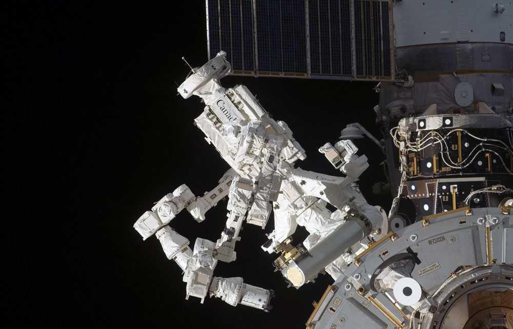 Hjälper astronauterna Den kanadensisktillverkade roboten Dextre på den internationella rymdstationen ISS ska bland annat hjälpa astronauterna under rymdpromenaderna.