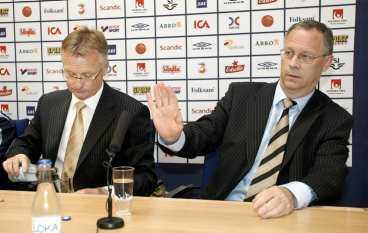 Lasse Lagerbäck gestikulerar under presskonferensen i går.