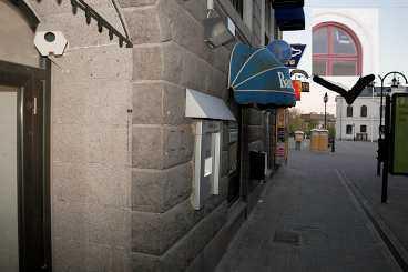 Polisen tror att någon av de många övervakningskamerorna i Härnösand kan ha fått mördarna på bild.