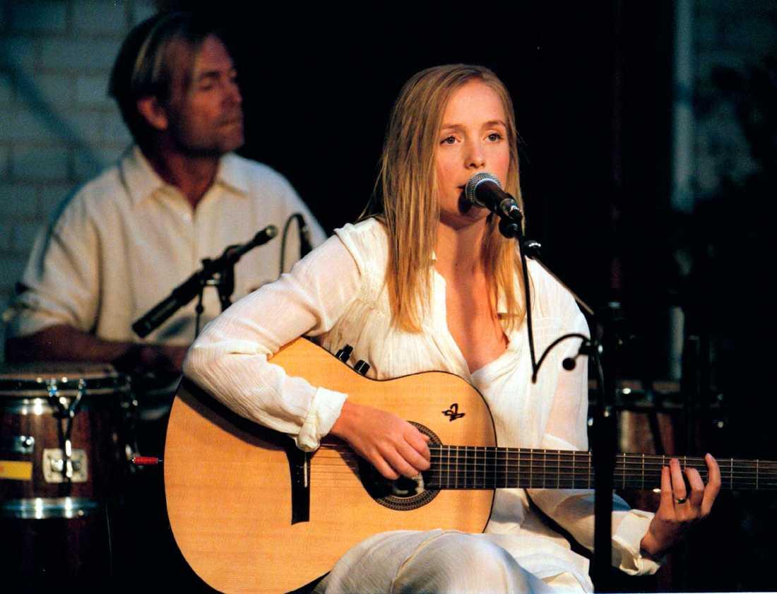 Lisa Ekdahl på scen 1995.