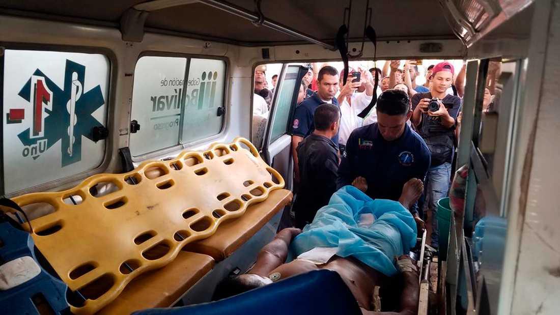När president Maduro stängde gränsövergångar, vilket hindrade hjälpsändningar från att komma in i Venezuela, utbröt sammandrabbningar mellan armén och vanliga människor, bland annat vid gränsen mot Brasilien. Bilden föreställer en skadad man som lastas in i en ambulans den 22 februari.