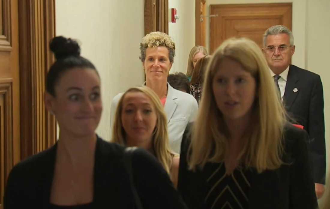 Andrea Constand lämnar rättssalen.