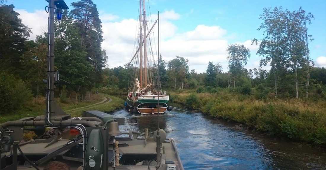 """När Försvarsmaktens stridsbåt skulle hem till basen efter en reparation valdes Göta kanal som färdväg. Här är hastighetsbegränsningen 5 knop, men det hindrade inte båtchefen. I en raderad film ska han ha sagt """"39 knop på Göta kanal"""". När stridsbåten kom ikapp ett segelfartyg, en skonert, gjorde vattnet som trycktes framåt att skonerten fick svårt att styra. Den gick först emot kanalbanken och fastnade sedan i ett träd."""