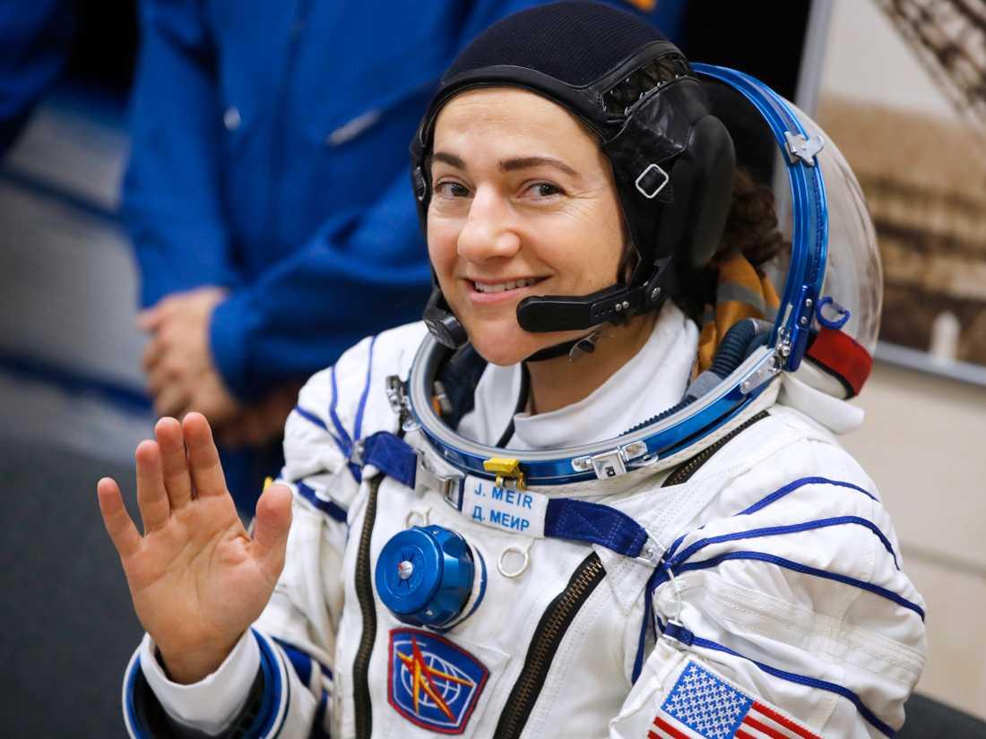 Jessica Meir vinkar inför rymdresan.