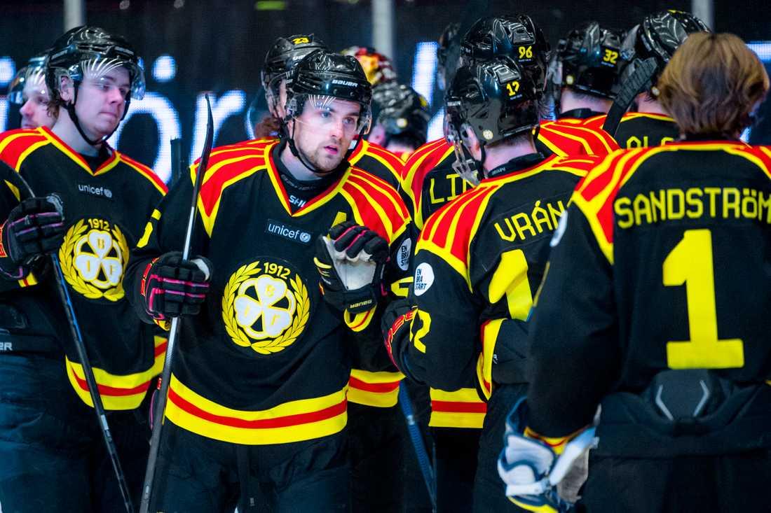 Lukas Kilström jublar efter segern.
