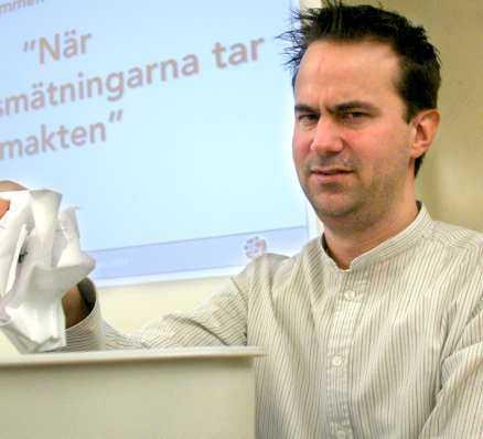 Mats Lindström har valt att gå under jorden.