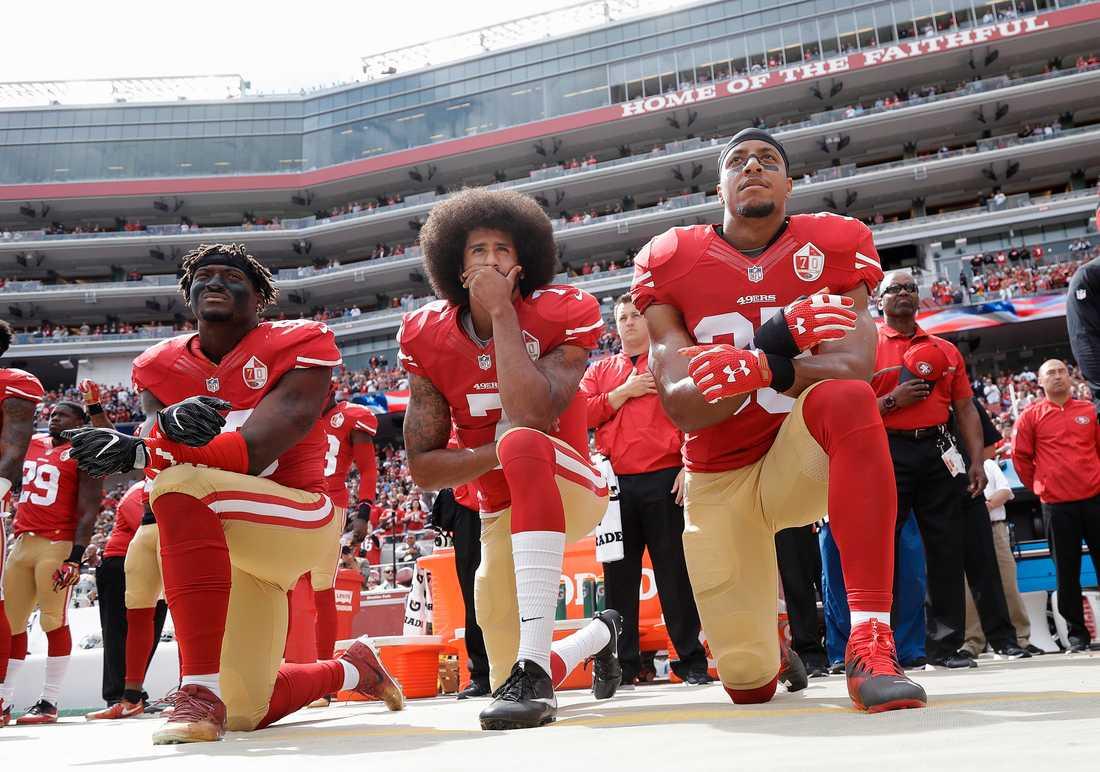 San Francisco 49ers Eli Harold, Colin Kaepernick och Eric Reid inför en match 2016.