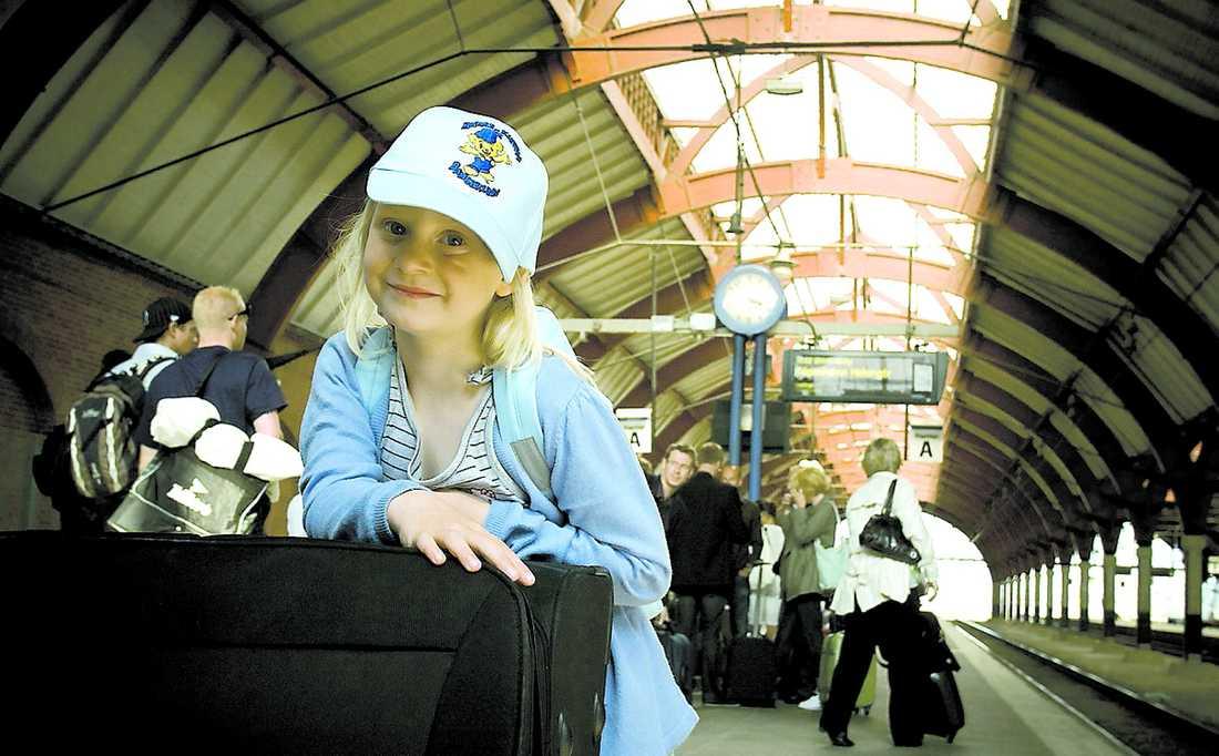 reser smart Helga Hjerling, 6, är på väg med tåg från Malmö central. För andra året i rad luffar hon mot kontinenten med hela familjen.