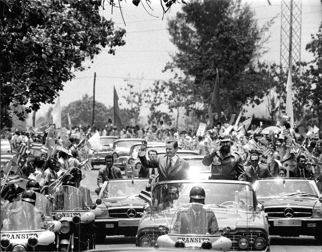 Palme och Castro åker bilkortege genom Havanna under besöket 1975.