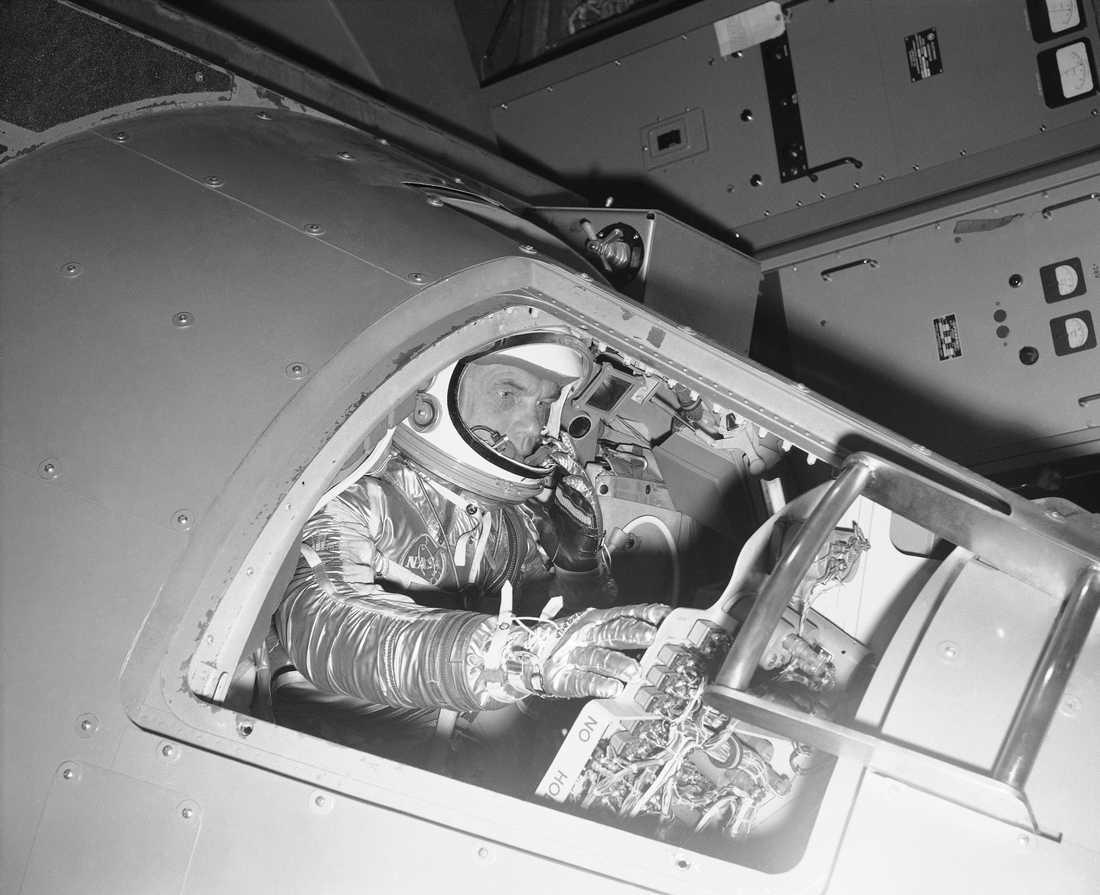 John Glenn tränar inför rymdfärd 1961.