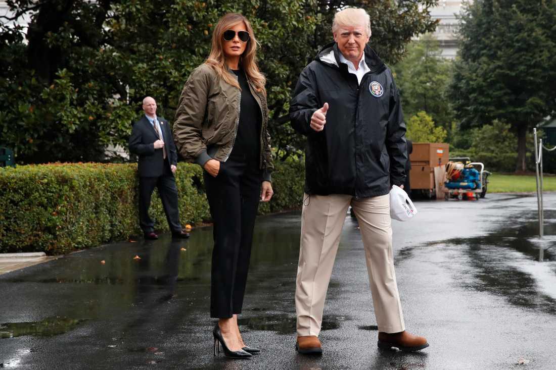 Tumme upp från president Donald Trump, här på väg att besöka de katastrofdrabbade områdena i Texas tillsammans med hustrun Melania.