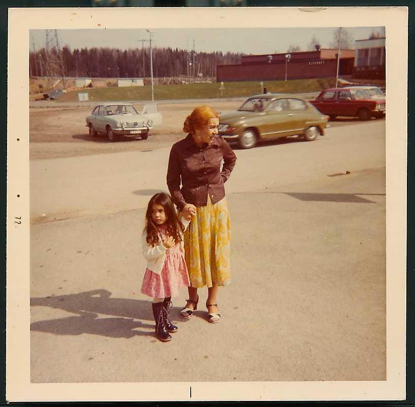 Jeanette Olsson tigger med sin mamma i italienska Triesta 1971.