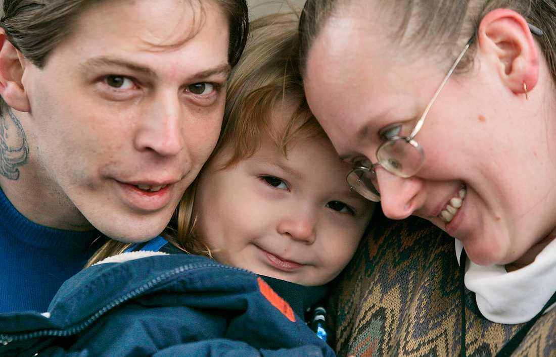 """""""DE TAR INTE HÄNSYN TILL BARNET"""" Heath och Deborah Campbell med 3-årige sonen som de döpt till Adolf Hitler. Nu har pojken omhändertagits av de sociala myndigheterna."""