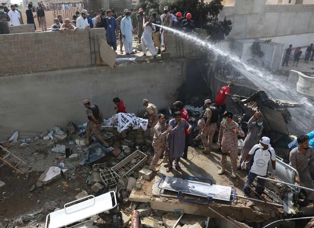 Kraschen inträffade mitt i ett bostadsområde i Karachi i Pakistan.