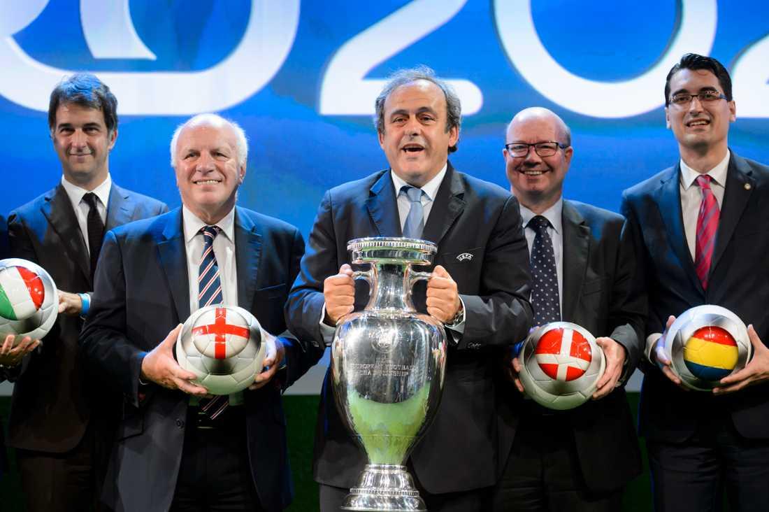 Jesper Møller (tvåa från höger) varnar de europeiska storklubbarna. Arkivbild.