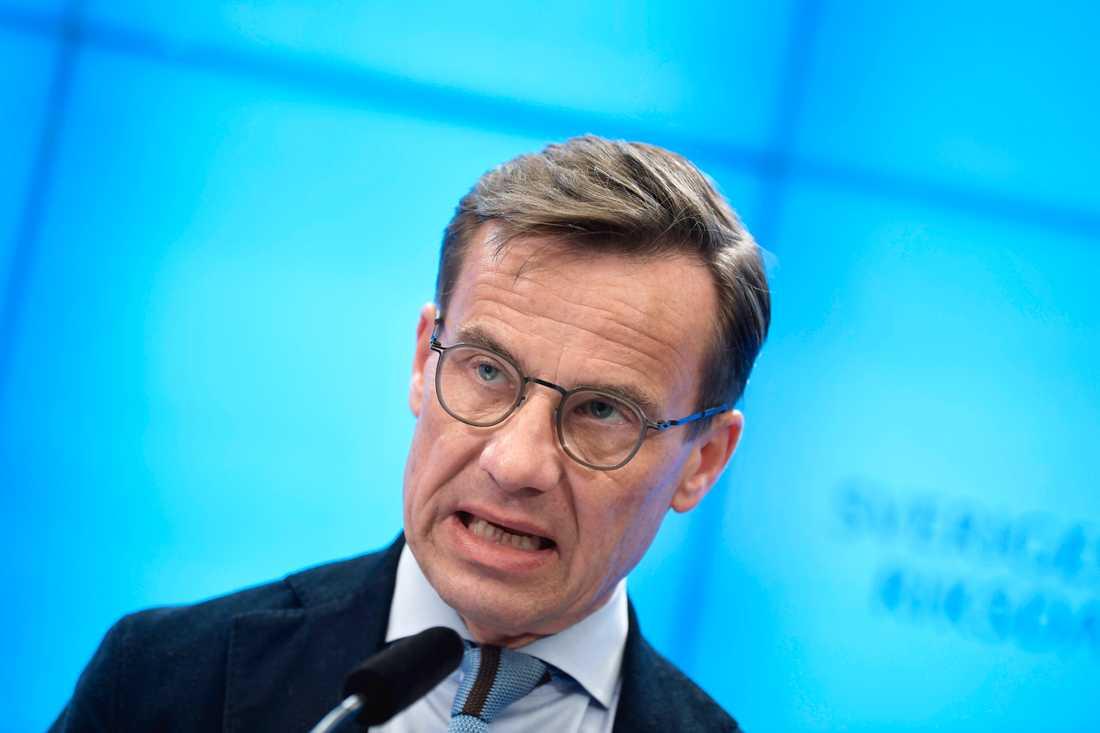 Ulf Kristersson tycker regeringen skyller ifrån sig om coronatestningen.
