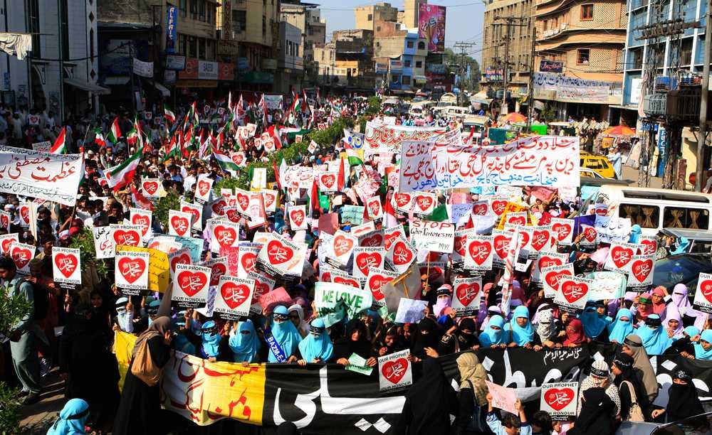 Tusentals pakistanier väntas i dag ge sig ut på gatorna och demonstrera mot den anti-muslimska filmen.
