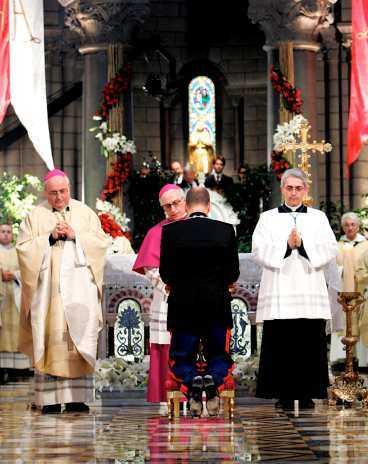 KRÖNINGEN Prins Albert blir furst Albert under ceremonin i går i Monaco. Högtidligheterna ägde rum i katedralen, men också i Monacos furstepalats. Albert efterträder sin far Rainier som avled i april.