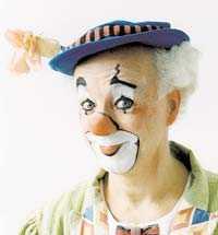 Clownen Manne, nybliven 60-åring, (till vänster) får barnen att skratta i sin gratisföreställning.