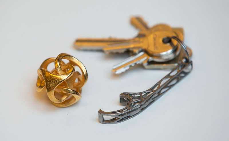 Nyckelringar och smycken som Olaf skrivit ut.