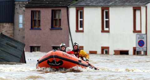 Extrema vattenmängder Vattnet steg med två meter i centrala Cockermouth i nordvästra England. Omkring 200 personer räddades från sina hem och 50 av dem firades upp från sina hustak med hjälp av helikoptrar.