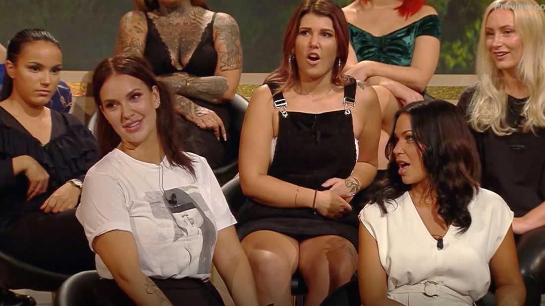 """Emmy Rönning (i vit topp till vänster) i """"Bachelor – tjejerna avslöjar allt""""."""