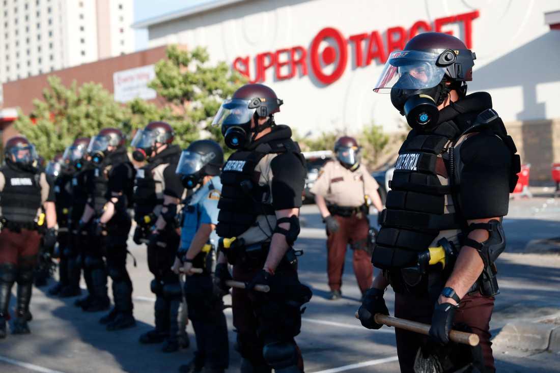 CNN-journalisterna greps av kravallutrustad polis i Minneapolis. Bilden är inte från själva gripandet.