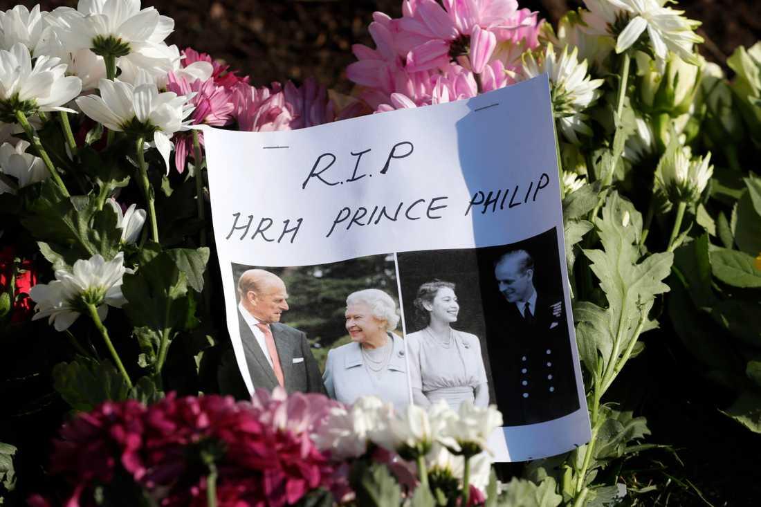 En hyllning till avlidne prins Philip vid blomsterberget utanför Windsor Castle. På lördag begravs prinsen och enligt Buckingham Palace kommer endast civil klädsel att tillåtas vid ceremonin.