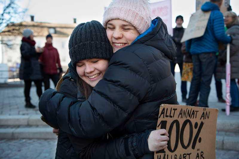 Andreas Magnusson tillsammans med sin vän Anna Holm på en manifestation #Fridaysforfuture i Falun.