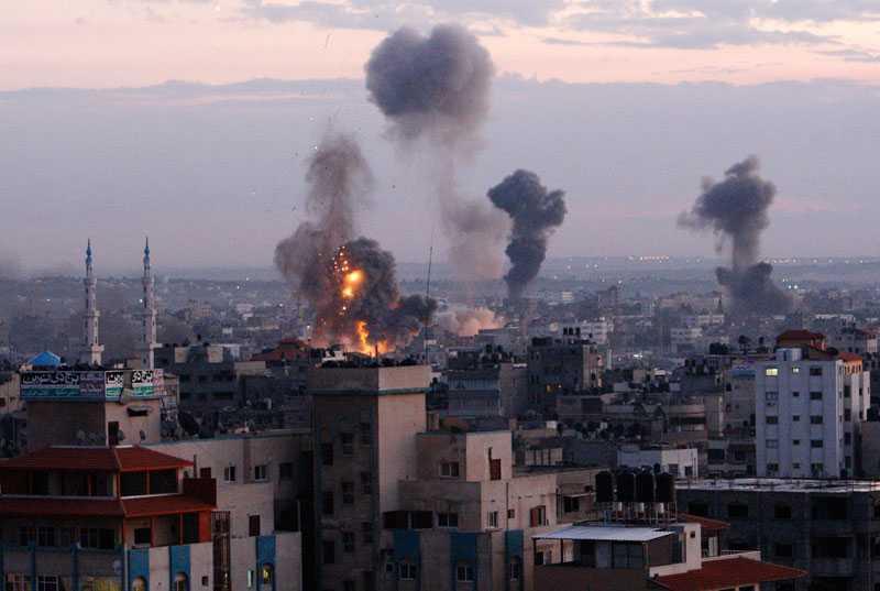 Flera rökpelare steg mot himlen under Israels flygräder in över Gaza kort efter att Jabari dödats.