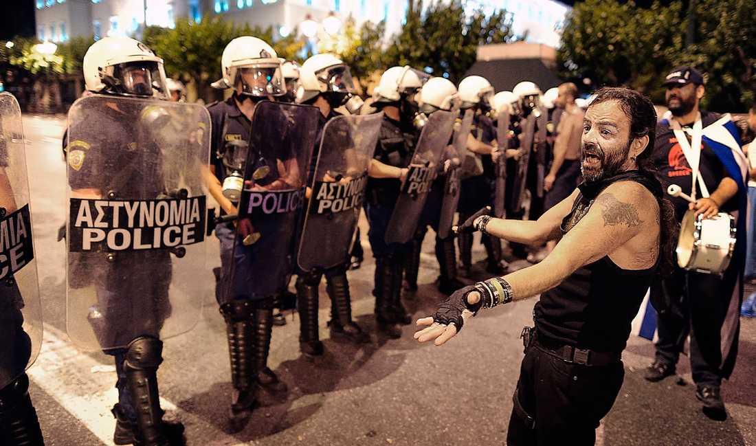 MASSPROTEST Grekland skakas av nedskärningar i landet. Nu ska Giorgios Papandreous försöka att få politiskt stöd för ett nytt krispaket. Samtidigt kallar GSSE och Adedy ut sina 2,5 miljoner medlemmar i strejk.