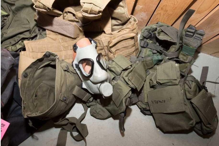 Säkerhetspolisen har beslagtagit militär utrustning som stridsselar, gasmasker, stridshandskar, hölster och bajonetter.