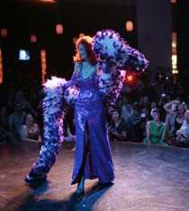 Tempest Storm möter sin publik på Palms hotel i Las Vegas.