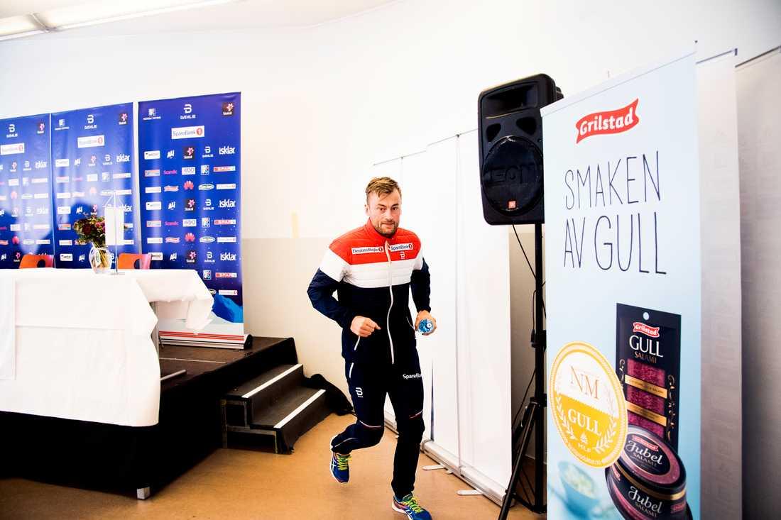 Northug joggar ut efter en presskonferens i Lahtis under VM 2017.