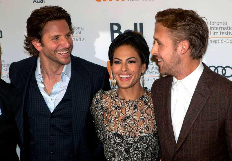Eva Mendes & Ryan Gosling, tillsammans med Bradley Cooper.