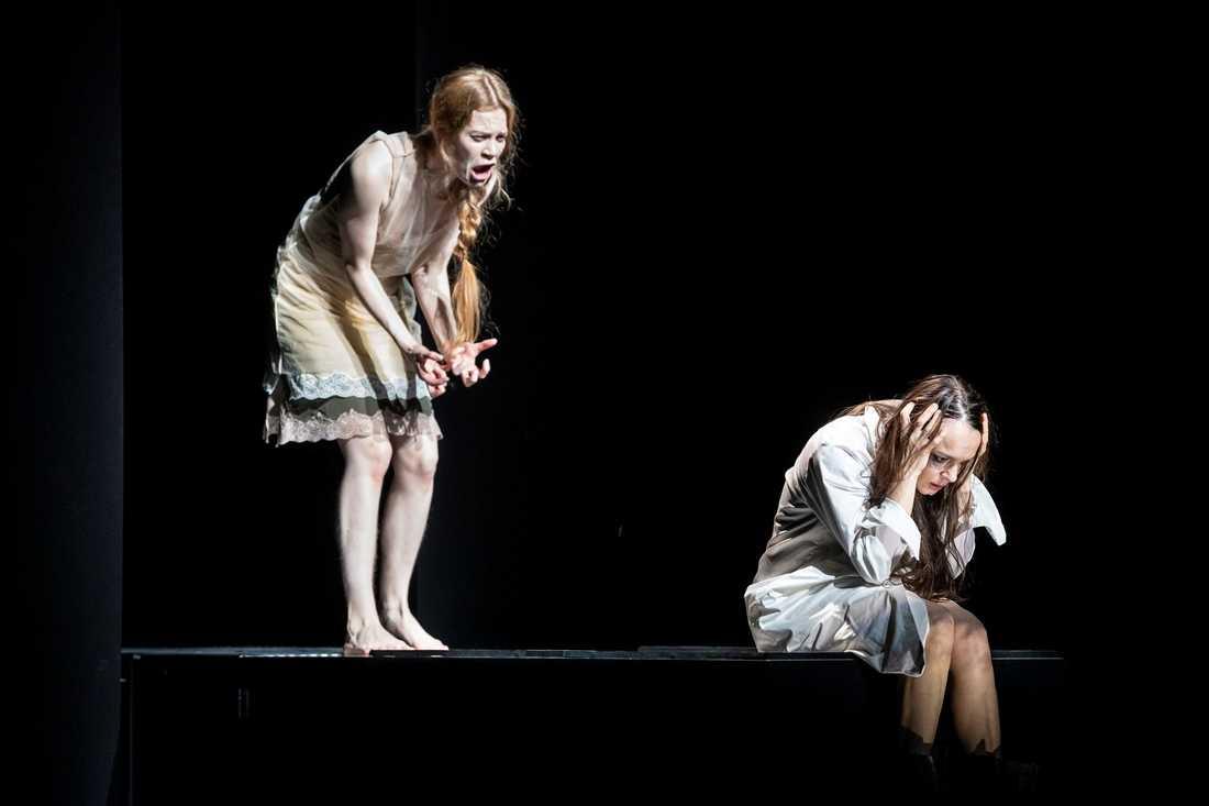 """Electra Hallman och Rebecka Hemse i Hugo von Hofmannsthals """"Elektra"""" på Dramaten."""