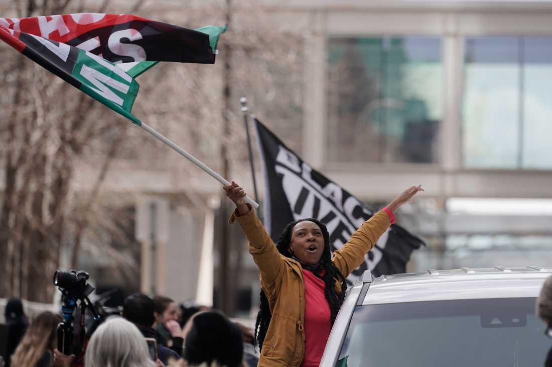 Människor firade på gatorna i Minneapolis efter att domen avkunnats.