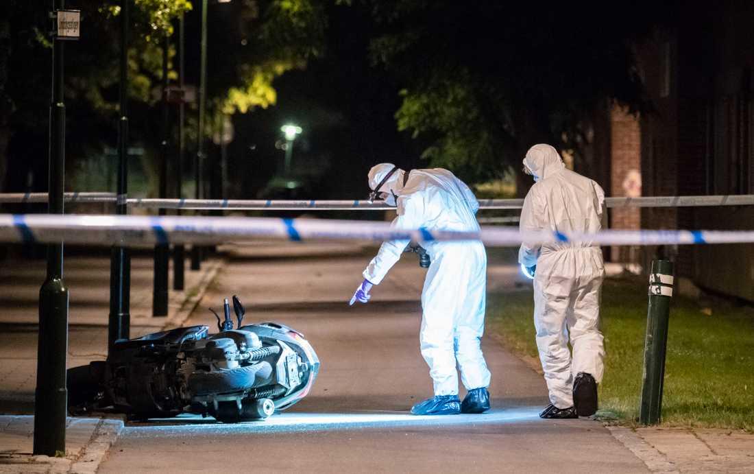 Gärningsmännen flydde på moped efter dödsskjutningen i Lindängen.