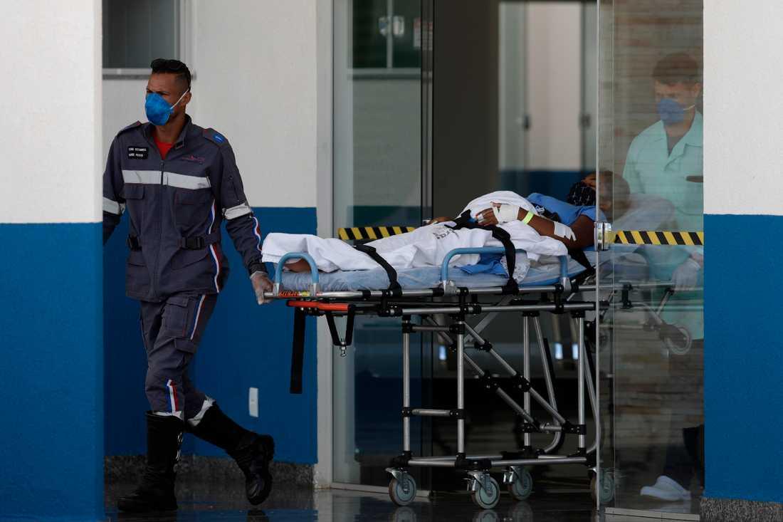 En patient som misstänks ha covid-19 rullas in å ett fältsjukhus i Brasilia i Brasilien.
