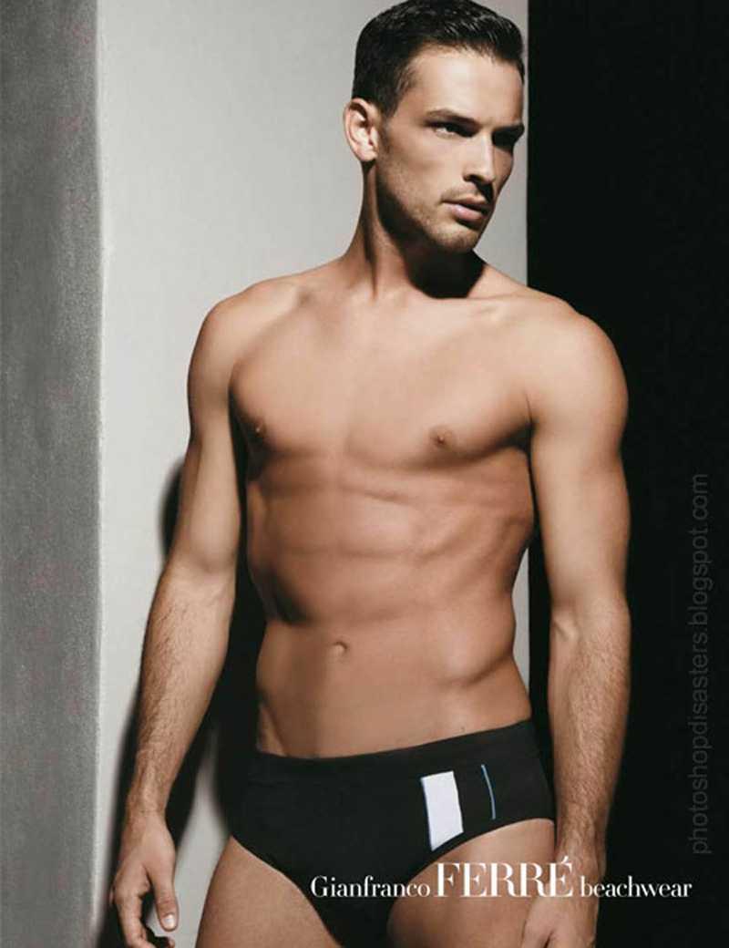 Modellen för Gianfranco Ferré beachwear har fått en underlig kropp.