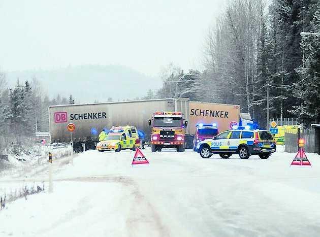 hallsta En lastbil och två personbilar krockar på riksväg 83 vid Hallsta i västra Norrland. En person fördes till sjukhus i helikopter med svåra skador. Ytterligare två fördes till sjukhus i ambulans.