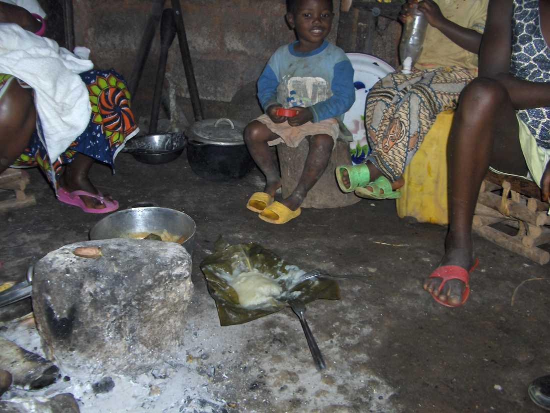 RESAN TILL KAMERUN Under dietistutbildningen åkte Frida Axberg till Kamerun för att lära sig mer om undernäring bland spädbarn. – I efterhand insåg jag att jag inte hade behövt åka över halva jordklotet för att arbeta med undernäring, säger hon.