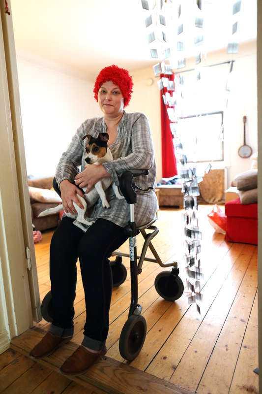 """SKULDERNA VÄXER Peggy Bell, 45, är döende av metastaser i skelettet och levern. Nu vill hon och Jack russell-terriern Tanya tillbringa sina sista år – skuldfria och med sinnesfrid – i en husvagn. Men att få det att gå ihop med bara sjukpenning är inte lätt. """"Varje månad betalar jag det viktigaste, sedan blundar jag"""", säger Peggy."""