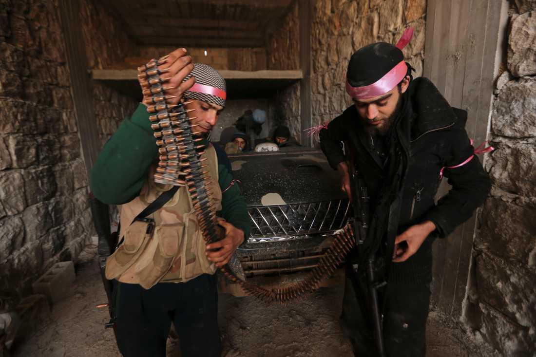 Turkietstödda rebeller på väg mot fronten i närheten av staden Nayrab, eller Neirab som den också kan stavas.